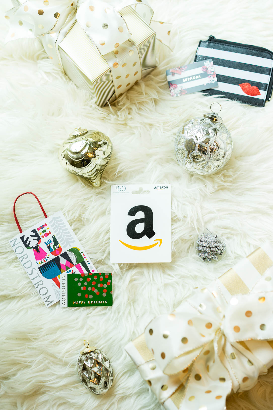 Amanda from A Glam Lifestyle blog shares the best online gift card retailers for last minute Christmas gifts